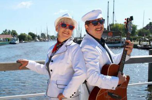 Schlagerduo Jo & Josephine vor Flusshintergrund mit maritimen Liedern