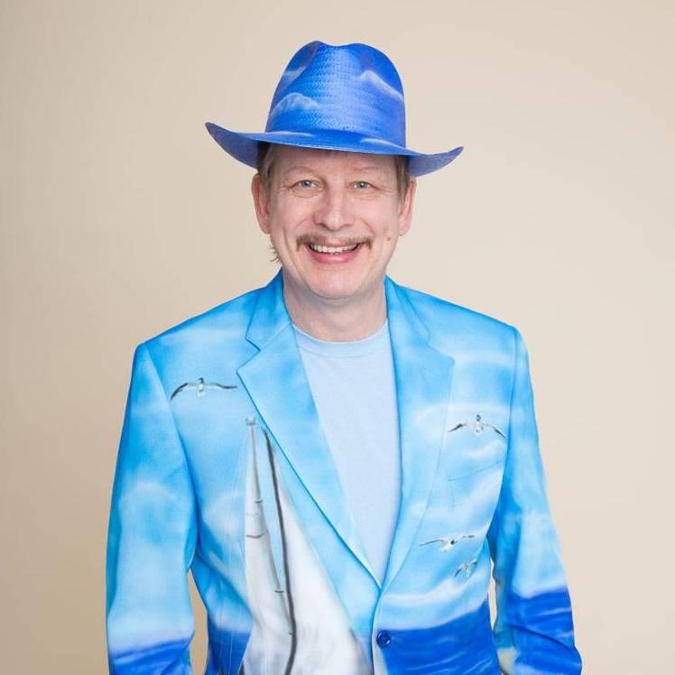 Jo Mann mit Hut in blauer Airbrush-Künstlergarderobe, Teil des Schlagerduos Jo & Josephine