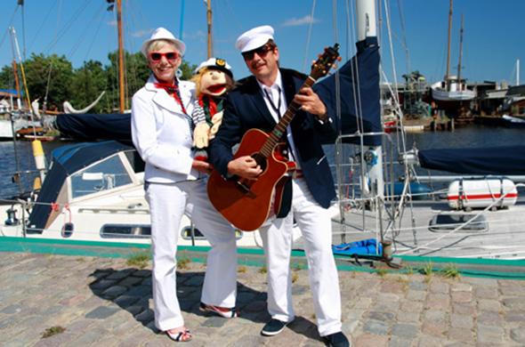 Maritime Show von Jo & Josephine vor Yachthafenkulisse