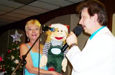 Weihnachtsshow des Gesangsduos Jo & Josephine mit sprechender Puppe Mäxchen