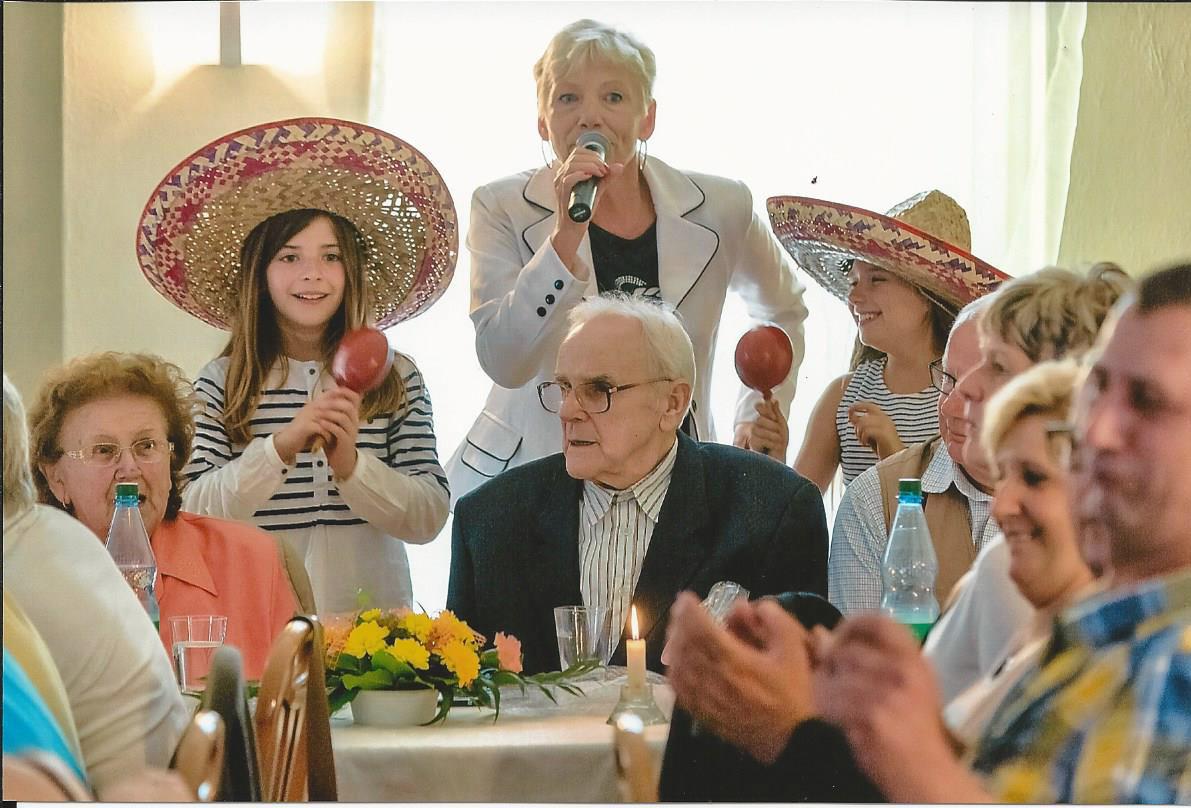 Auf der Geburtstagsfeier eines Senioren mit Gästen und Entertainer Josephine