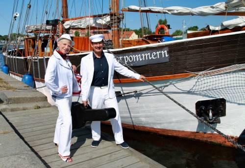 Gesangsduo Entertainer maritim vor Segelschiff