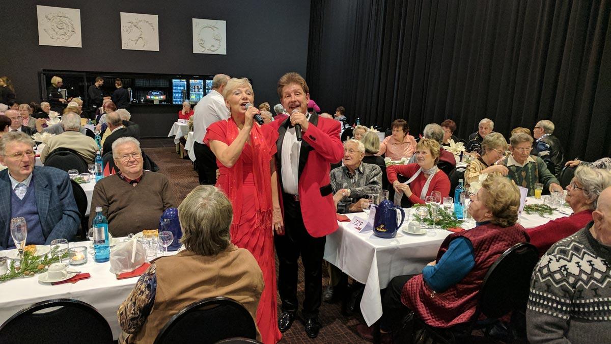 Weihnachtsfeier mit Senioren mit der Show der Sängern und Entertainern Jo & Josephine mitten im Publikum