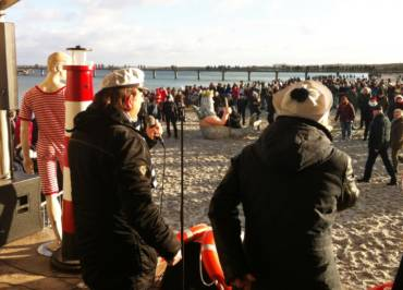 Maritimes Showprogramm zum Neujahrsbaden